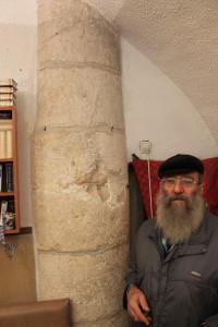 עמוד אבן ענק בבית הכנסת הספרדי
