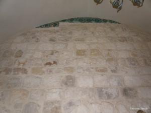 שרידי אריחי קרמיקה עות'מאנים ששרדו השחתה ב 2013