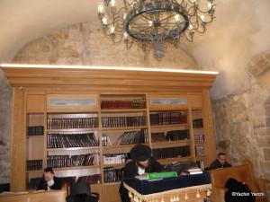 ספריית ספרי קודש יהודיים בנויה לתוך מחרב מוסלמי. צילום: יכין ירחי