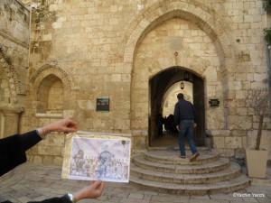 הכניסה לקבר דוד, בתמונה: משפחת דג'אני בתצלום משפחתי, מאותו המקום. צילום: יכין ירחי